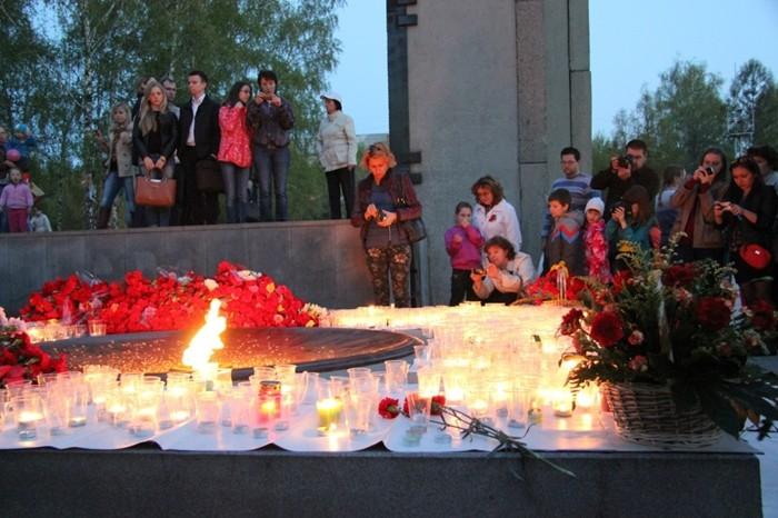 aktsiya-svecha-pamyati-monument-slavyi-2014