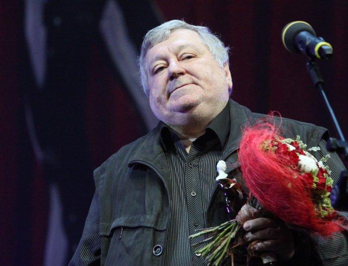 Б. Мездрич со статуэткой Звезда театрала