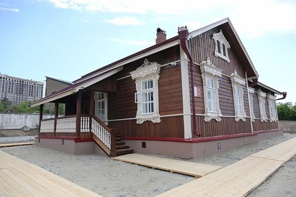 dom-budagova-s-tablichkoy