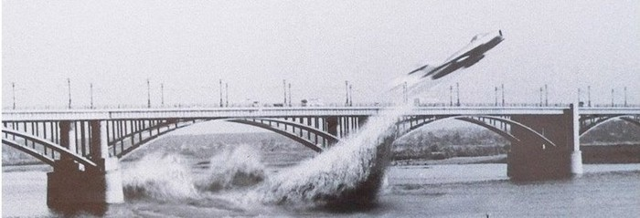 edinstvennyiy-v-mire-prolet-pod-mostom-na-reaktivnom-samolete-za-shturvalom-novosibirskiy-pilot-valentin-privalov-4-iyunya-1965-goda-kollazh-sotrudnika-muzeya-goroda-novosibirska-evgeniya-sotsihovs