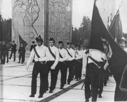 Торжественная линейка,передача почетного караула у Вечного огня Монумента Славы.5.07.71