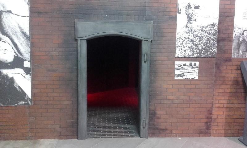 Имитация газовой камеры фашистского концлагеря на выставке Помни в Новосибирском Экспоцентре