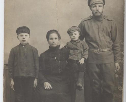 1914-1915 гг.Дедушку Риммы Даниловны провожают на фронт.
