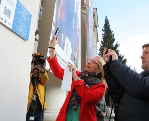 Мэр Новосибирска Анатолий Локоть и начальник департамента культуры, спорта и молодежной политики мэрии Анна Терешкова  тестируют работу интерактивной таблички