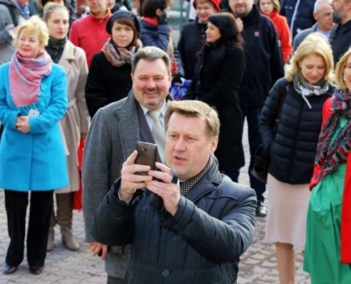 Мэр Новосибирска Анатолий Локоть сканирует QR-код с таблички на Доме Ленина