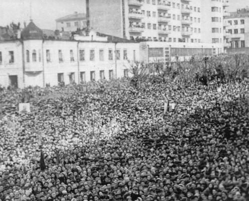 Многолюдный митинг 9 мая 1945 года на площади у облисполкома в г. Новосибирске