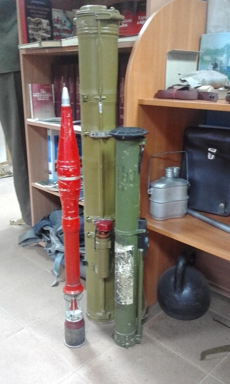 Ручной гранатомет Муха и реактивный огнемет Шмель - экспонаты выставки Так хочется жить