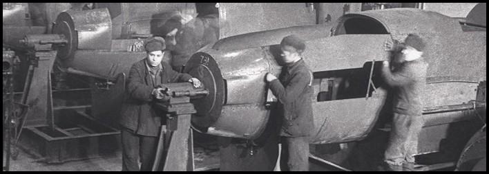 Сборка фюзеляжей боевых самолетов на заводе им. Чкалова, Новосибирск, 1943п