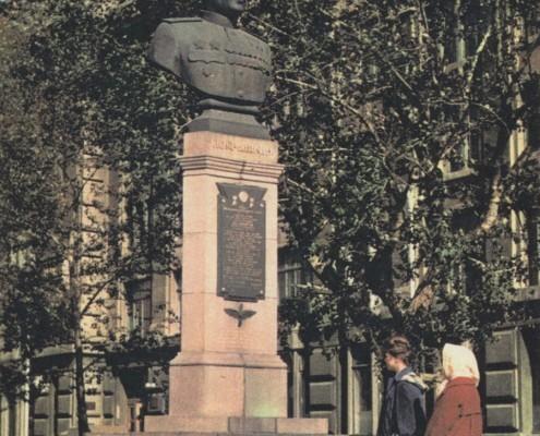 У памятника А.И.Покрышкину. 1964