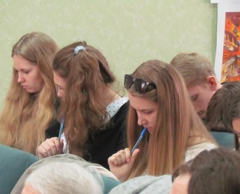 """Учащиеся экономического лицея во время проведения теста """"Я знаю, я горжусь"""""""