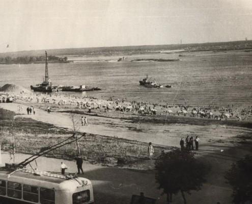 Вид с моста на Обь в сторону Академгородка, 1960-е. Набережной ещё нет