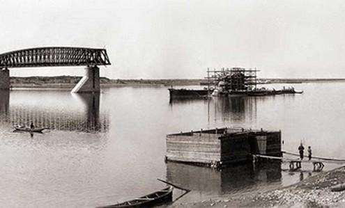Вид с правого берега реки Оби на строительство железнодорожного моста. (Фото 1895-1896 гг.)
