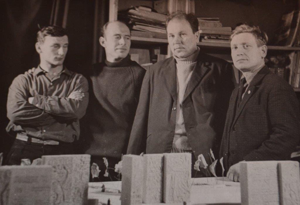 vyistavka_kollektiv-proektrovshhikov-u-maketa-monumentalnogo-kompleksa-1966g