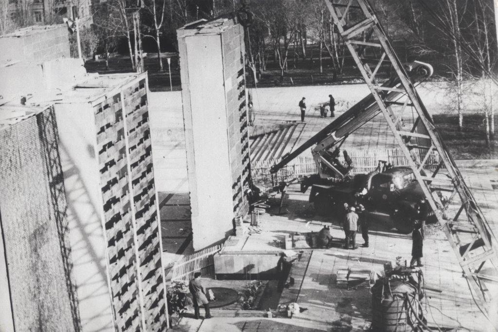 vyistavka_protsess-montazha-monumenta-slavyi-1967g