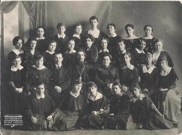 Женская гимназия г. Барнаула. мама в первом ряду третья слева
