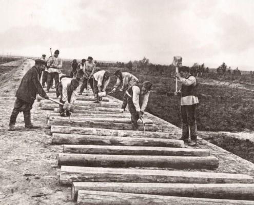 Зарубка шпал на строительстве железной дороги
