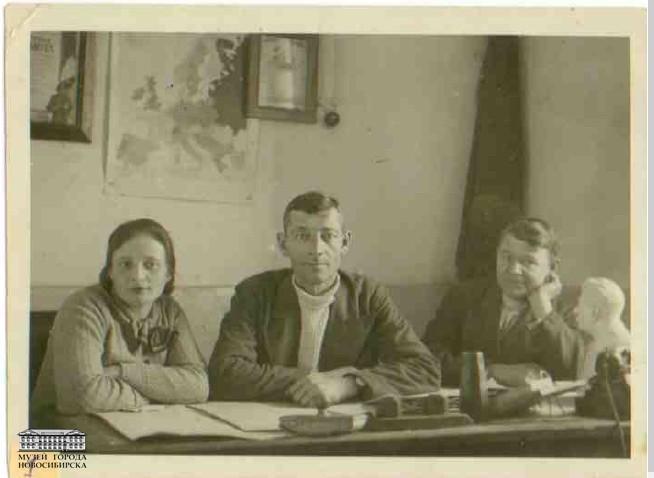 Администрация кондитерской фабрики. В центре Эфрон А.Ю., директор. 1942 - 1944 гг