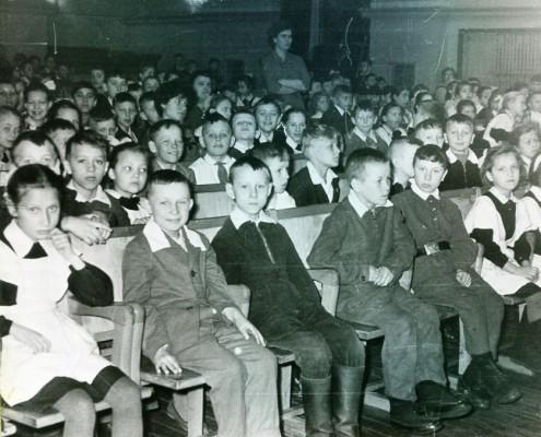 Фотография «Ученики школ Первомайского района перед спектаклем».