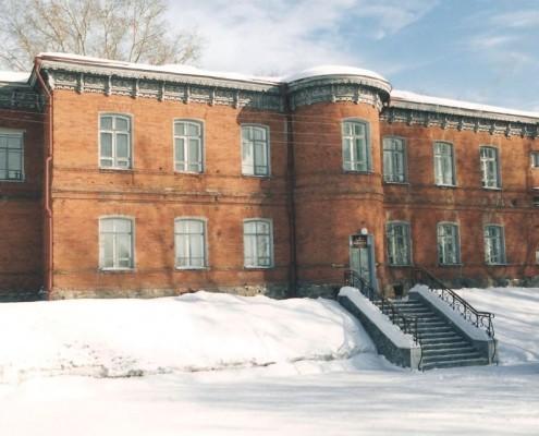 Фотография «Вид на западный фасад дома на Обской,4» Фото А. Шапрана. 2003 год. МН НВФ 6693
