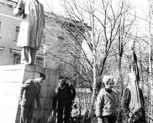 Фотография «Пионеры возлагают цветы к памятнику В.И. Ленина»