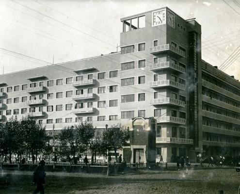 Фотография «Жилой дом Запсибкрайснаба» из фотоальбома «Новосибирск. 1891-1934». Фото И. Моторина. 1934 год.