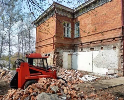 Фотография «Демонтаж поздней пристройки на южном фасаде». Фото Е. Маляренко. Апрель 2018 года.