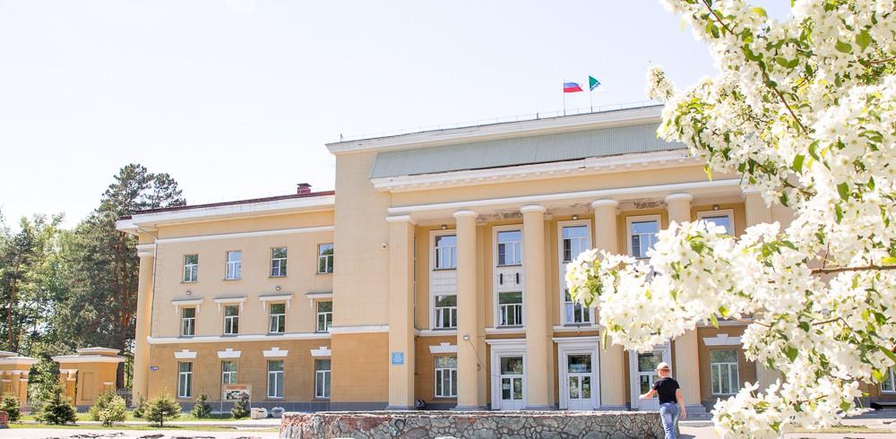 Фотография «Дом молодежи Первомайского района: фрагмент главного (восточного) фасада».