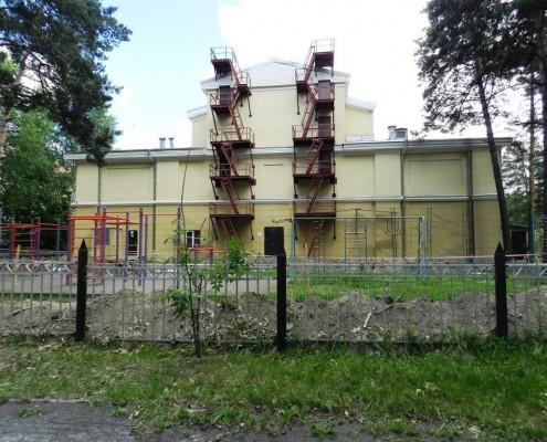 Фотография «Дом молодежи Первомайского района: западный фасад, вид со стороны ПКиО «Первомайский».
