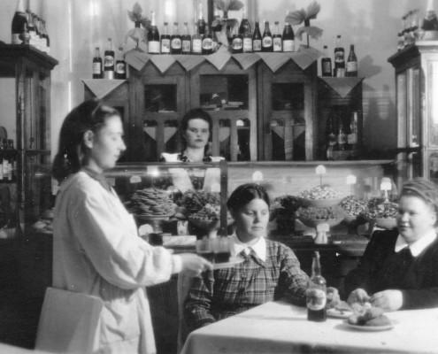 Фотография «Буфет ДКЖ, с разносом Сумерина (Разина) Екатерина Михайловна». Автор фото неизвестен. 1952 год.