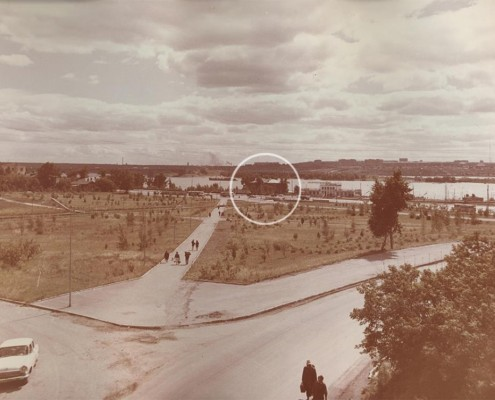 Фотография «Сквер «Каменский» на замыве р. Каменка» из фотоальбома «Новосибирск. Благоустроенные улицы, дороги города и объекты озеленения», оформленный по заказу Управления благоустройства Новосибирского горисполкома. 1973 год. МН НВФ 2884