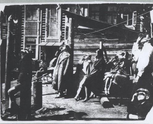 Наблюдение затмения во дворе Дома писателей на ул. Челюскинцев (бывш. Межениновской) в 1936