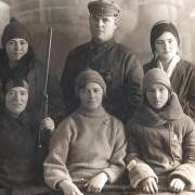 жены офицеров, мама в центре